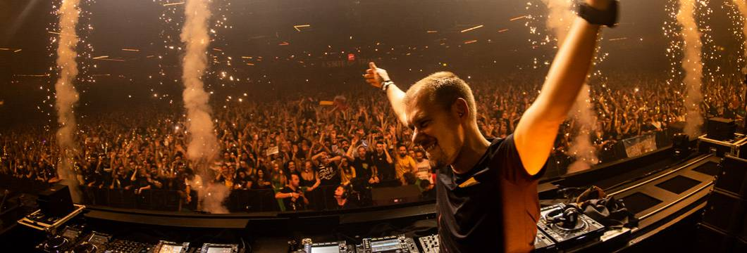 Armin van Buuren's mainstage set from ASOT 900 is now available on streaming portals!